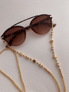 Cadena cuelga gafas Wear your sunglasses and reading glasses with great style, beautiful accessory hangs glasses Diy Bracelets Easy, Handmade Bracelets, Handmade Jewelry, Bijoux Diy, Diy Necklace, Beaded Jewelry, Lanyards, Bright Colors, Crafts