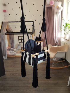 Huśtawka pokojowa dla dzieci w czarno białe pasy Huśtawka z oparciem przeznaczona dla dzieci do 18 kg. Wykonana w Polsce z największą starannością z użyciem 100% naturalnych materiałów.