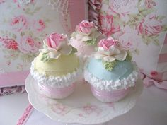 Ooooooohhh... I would eat these pretty little cakes in a minute... if they were real. :)