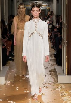 VALENTINO SPRING/SUMMER 2016 HAUTE COUTURE FASHION SHOW Spring Women - Look 43 of 66