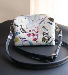 Handbag / shoulder bag -Leatherette- Small size // Painted by hand - Handmade // Unique design // vivid and bright colours de CuartaPiel en Etsy