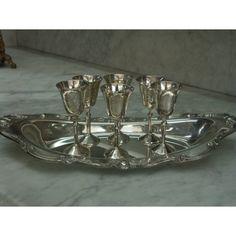 Επάργυρος Δίσκος Rogers του 1930 σε σχήμα γόνδολα με σκαλιστό, ένθετο φινίρισμα στο εξωτερικό του. Ένα κομμάτι πολύ όμορφο που συνοδεύετε από έξι επάργυρα ποτήρια του λικερ. 1930, Antique Silver, Silver Plate, Decorative Bowls, Plating, Antiques, Bracelets, Jewelry, Home Decor