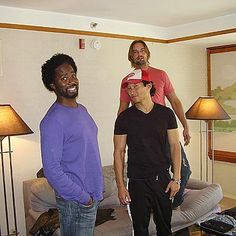 Harold Perrineau (Michael), Daniel Dae Kim (Jin) and Josh Holloway (Sawyer) behind the scenes of LOST. Movies Showing, Movies And Tv Shows, Serie Lost, Harold Perrineau, Terry O Quinn, Lost Tv Show, Josh Holloway, Matthew Fox, Here I Go Again