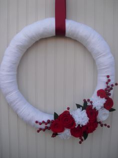Christmas Yarn Wreath in Red & White Christmas Yarn Wreaths, Felt Flower Wreaths, Felt Flowers, Christmas Stuff, Christmas Holidays, Christmas Crafts, Christmas Ornaments, Christmas Trees, Happy Holidays