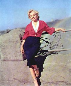 Marilyn Montroe in Niagara: Colour blocking for the curvaceous - note where the cropped coat hits the tiniest part of the waist, just at the pencil skirt top.  LOVE the wider shorter sleeve.