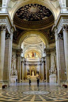O interior do Panthéon é impressionante com decoração gótica combinada com estilo clássico