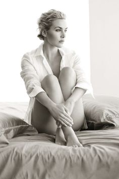 'The Leg Flirt' - pose inspired by this shot of Kate Winslet. I love the delicate way she has her legs crossed at the ankles, her hands gently placed under her knees and softly pulled into her body. Just divine! Kate Winslet, Divas, Gorgeous Women, Beautiful People, Foto Portrait, Portrait Images, Hollywood Celebrities, Famous Faces, Boudoir Photography
