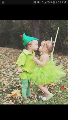 Make Halloween special for your kids withDIY Costumes. Here are the best DIY Halloween Costumes for Kids in 2019 inspired from books, movies, food & comics. Disfarces Halloween, Sister Halloween Costumes, Halloween Mignon, Couple Halloween, Halloween Costumes For Toddlers, Best Kids Costumes, Kids Costumes Girls, Kids Outfits, Fantasia Tinker Bell