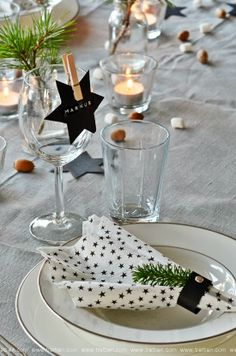 This is how the Christmas table becomes a banquet table- So wird der Weihnachts-Tisch zur Festtafel Christmas decoration tips - Thanksgiving Table Settings, Christmas Table Settings, Christmas Tablescapes, Holiday Tables, Christmas Candles, Scandinavian Christmas, White Christmas, Christmas Time, Modern Christmas