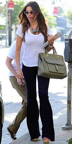 SOFÍA VERGARA    ¿Quién dijo que una no puede lucir fabulosa con unos jeans y un sencillo top blanco? El secreto está en los accesorios. Así que complementa un vestuario casual con unos wedges superaltos, un fabuloso bolso grande, gafas de sol y un llamativo collar, como lo hizo Sofía Vergara para salir de compras por Beverly Hills.