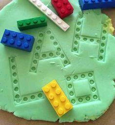 aprendiendo las letras con plastilina y lego