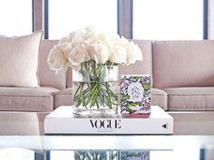 Fleurs dans vase en verre