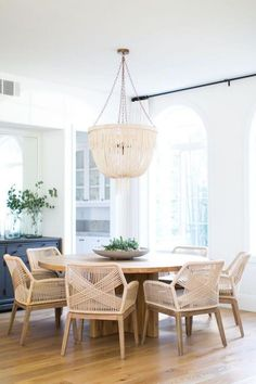 Learn how to easily create the perfect dining room with these key design principles and ideas from an interior designer. Home Interior, Interior Design, Coastal Interior, Kitchen Interior, Modern Interior, Apartment Decoration, Dining Room Inspiration, Dining Room Design, Home Furnishings