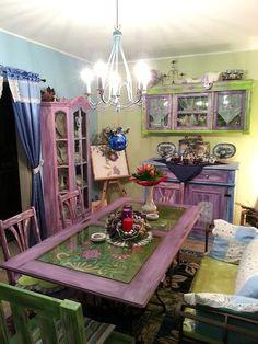Mein Traum in Lila, Grün und Blau. Er begann Anfang 2014 mit alten Möbeln, die keiner mehr haben wollte und die ich einfach repariert und neu gestaltet habe. Zu Weihnachten 2014 sah es dann genau so aus wie auf dem Bild.