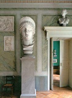 Blick in den Antikensaal vom Humboldt-Schloss in Tegel.