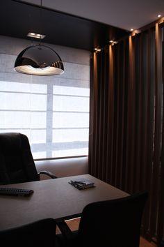 Jardim Sul, cliente InSolo: Divisória entre sala de diretores em empresa. Entre os montantes existe vidro para vedar som, mas é visualmente permeável