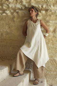Tunique asymétrique en shantoung de soie couleur naturelle + pantalon en lin beige.
