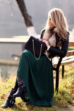 green pleated maxi skirt- Love Maxi's for the WINTER! Maxis, Maxi Skirt Winter, Denny Rose, Maxi Skirt Outfits, Long Maxi Skirts, Green Maxi, Mode Boho, Pleated Maxi, Street Style