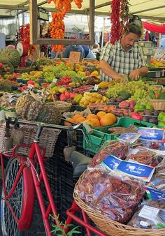 Campo di fiori. Be a local and shop at these spectacular markets. The Culture Trip has got the inside scoop just for you. Photo credit: https://www.flickr.com/photos/42002831@N00/8020552058/in/photostream/