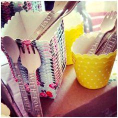 cucharita y tenedor de madera gris WITH LOVE y cápsulas, cuadradas de flores y amarillas de topitos, que utilizó Essencia de boda en una boda, que se encargó de decorar Pedidos y catálogo: detallisime@yahoo.es