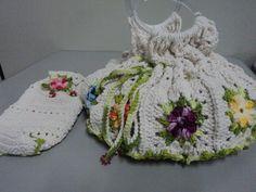 Feitos de crochê em barbante e linha de algodão com alça acrílica....