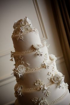 ❁❚❘❙    Wedgewood White Wedding Cake by Jay Qualls