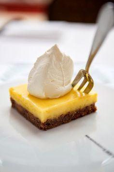 Citroen/bastogne taart Lemon Desserts, No Bake Desserts, Dessert Recipes, Dutch Recipes, Sweet Recipes, Sweets Cake, No Bake Cake, Foodies, Bakery