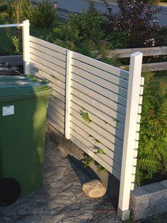 Liggande staket. Framför huset istället för buskar?