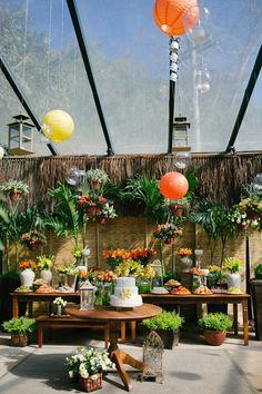 Casamento na praia: mesa de doces ornamentada com balões