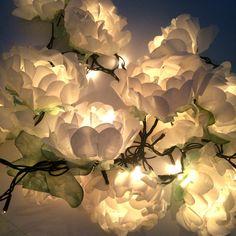 Apaga a luz ✨ Liga na tomada ✨ Pisca pisca me conduz ✨ A uma mágica noitada!!! Quem já viu nossos cordões de luz??? Tem com rosas, com tulipas, com bolinhas e com bolonas!! Todas as cores do mundo!!! Para meninos, meninas, mães, irmãs, tias, amigas, vovós!!! #visitenossosite www.julietaforfun.com.br