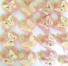 Chaveirinhos em forma de coração feitos de feltro com aplique de borboleta de feltro e tricoline em quatro estampas diferentes. <br> <br>Também podem ser feitos como sachês ou ímãs de geladeira.