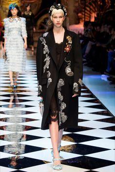 Sfilata Dolce   Gabbana Milano - Collezioni Autunno Inverno 2016-17 - Vogue b04b4511ef0