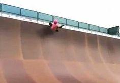"""2-Jun-2014 19:15 - MEISJE DOET KNAPPE STUNT OP SKATEBOARD. Het 9-jarige meisje, Sabre Norris, heeft de aandacht getrokken van enkele grote namen in de skateboardwereld. De stoere Norris is in een filmpje te zien waarin ze een perfecte '540' op haar skateboard laat zien.  Het meisje weet van geen ophouden, zelfs niet als het meerdere keren misgaat en ze herhaardelijk valt. Uiteindelijk schreeuwt ze het uit, nadat het na de 75 keer dan eindelijk lukt. """"Ik kan het niet geloven.''..."""