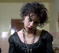 Nancy in 'The Craft' - Oh, Fairuza Balk. Her career never quite took off the way it was supposed to after her breakout in The Craft, but boy did she look good as the gothtastic fledgling witch Nancy. Those teeth were just so sexy! The Craft 1996, The Craft Movie, Alternative Makeup, Alternative Outfits, Nancy The Craft, Nancy Downs, Fairuza Balk, Short Grunge Hair, Dark Look