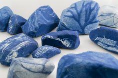 Michelle Rozic, Tidelands, Couleurs froides, roches recueillies auprès de Llano, CA, et la toile, dimensions variables http://michellerozic.com