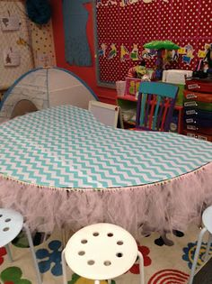 What little kiddo would not be absolutely thrilled to come and read at this guided reading table!?!?! LOVE!!!