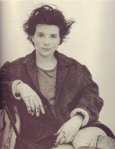 Juliette Binoche by Jean-Baptiste Mondino Older Actresses, Female Actresses, Juliette Binoche, Divas, Pixie Bob Hairstyles, Beautiful Old Woman, French Actress, Great Women, Portraits