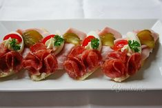 Canapes, Caprese Salad, Bruschetta, Sushi, Food And Drink, Appetizers, Ethnic Recipes, Party, Food Plating