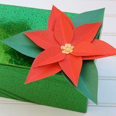Créez ces fleurs de poinsettia inspirées par les fées pour réchauffer votre intérieur pendant la saison froide. Elles peuvent également servir à décorer vos cadeaux de Noël!