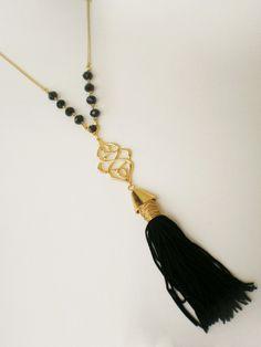 Colar longo com cristais pretos, estamparia dourada e franja tassel preta. * Referência: CL 1027. R$ 42,90