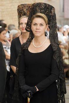 Spanish lady with mantilla Spanish Girls, Spanish Woman, Spanish Style, Spanish Eyes, Historical Costume, Historical Clothing, Flamenco Costume, Spanish Royalty, Chapel Veil