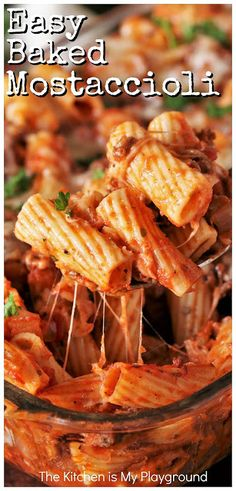 Easy Baked Mostaccioli (auch bekannt als: Baked Cheesy Pasta) - Easy Baked Mostaccioli (auch bekannt als Baked Cheesy Pasta) ~ Easy Baked Mostaccioli, auch als Bak - Baked Pasta Dishes, Baked Penne Pasta, Baked Spaghetti, Baked Mostaccioli, Baked Ziti, Cheesy Recipes, Meat Recipes, Cooking Recipes, Recipies