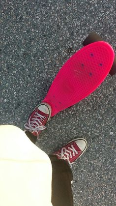 If you ask, I am a pennyboarder with Converse😉👉 Skates, Skateboard, Converse, Skateboarding, Skate Board, Converse Shoes, All Star, Skateboards