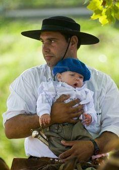 Esto es un GAUCHO, hombre fuerte que trabaja en el campo, en la ganadería y la agricultura