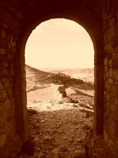 Puerta norte de la muralla del castillo. Es la única que hoy queda y el acceso a este