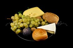 Fotografie produs - fructe de toamna / Product Photo - fruit of autumn / Product Photo - Obst im Herbst / Photo du produit - fruit de l'automne  (struguri, cascaval afumat, branza cu mucegai alb, nuci, smochine, grapes, figs, cheese, white cheese, nuts, trauben, feigen, kase, nusse, raisin, figues, fromage, noix) White Cheese, Blue Cheese, Work Meals, Raisin, Food Photography, Fruit, Breakfast, Cheese, Wine