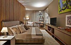 O tom sobre tom, principalmente quando envolve a cor fendi, resulta em um quarto de casal sofisticado