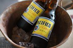 Una buena tinita de cervezas chiquita o ampolletitas en hielo, es tradición también en los restaurantes de tierras calientes.