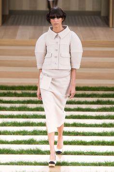 Défilé Chanel Haute Couture printemps-été 2016. Le tailleur en tweed avec une veste à manches ballons et une jupe crayon fendue.