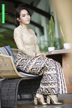 Myanmar Traditional Dress, Traditional Dresses, Myanmar Dress Design, Burmese Girls, Beautiful Asian Girls, Fashion History, Dream Dress, Asian Beauty, Female Models